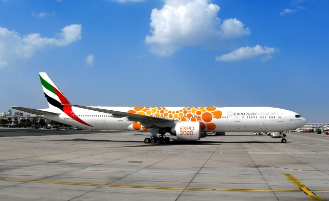 Boeing 777-300ER Emirates, раскрашенный по мотивам Expo 2020 (фото: Emirates)