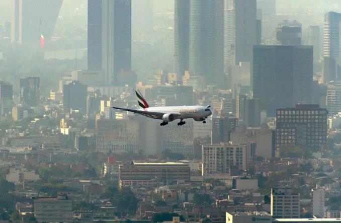 Авиалайнер B777 Emirates над Мехико-Сити