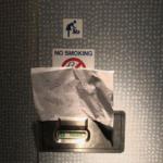 Табличка на двери туалета вызвала негодование в Южной Корее и едва не привела к международному скандалу